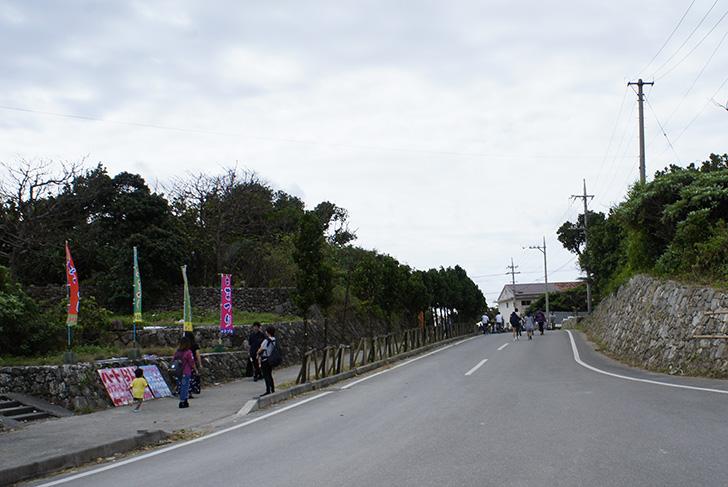 港からの道