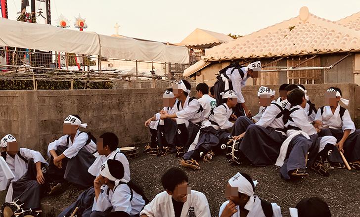 豊年祭の出番を待つ男の子たち